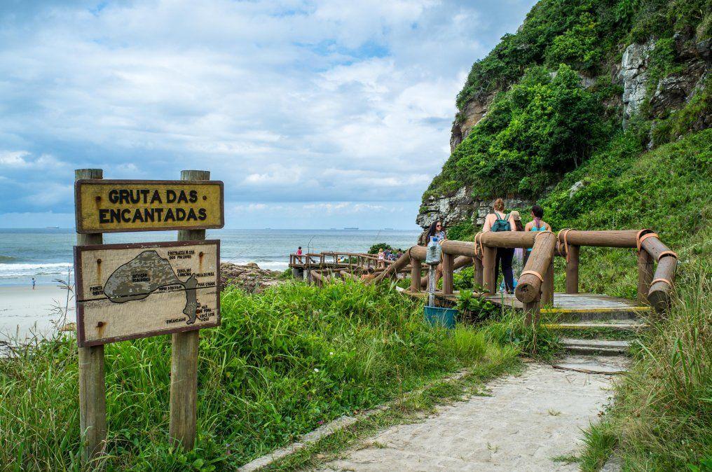 Vale la pena caminar hasta la estructura blanca del faro que se levanta sobre un pequeño morro en un extremo de la playa.