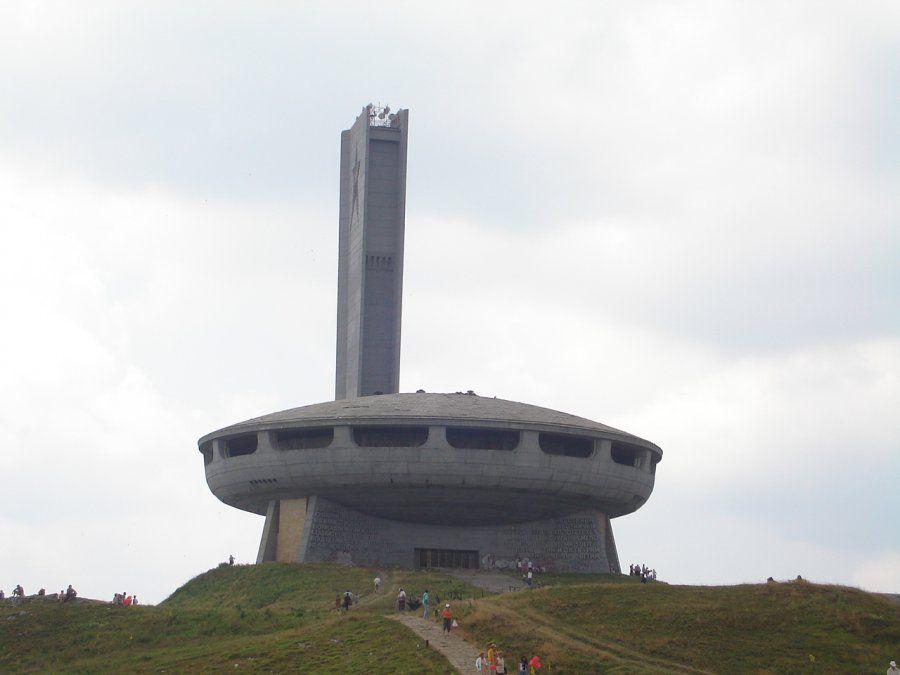 El Monumento Buzludja es una mega construcción para visitar en Bulgaria.