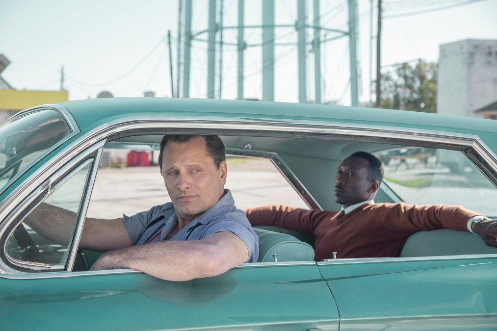 Mortensen y Alí a bordo del otro protagonista: el Cadillac Sedan DeVille de 1962