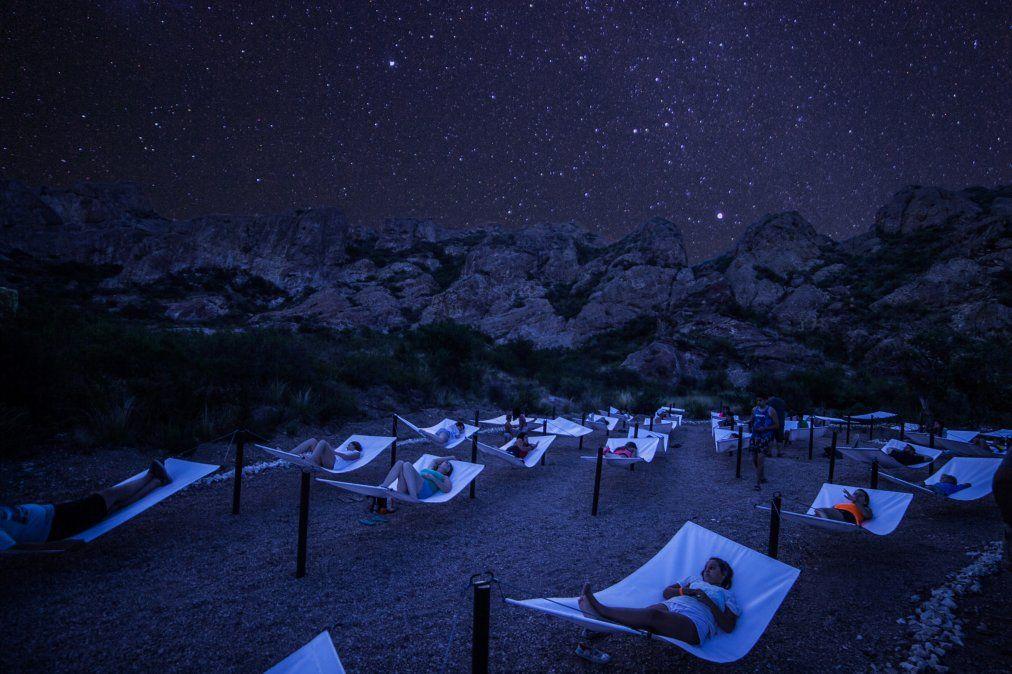 Una actividad nocturna con camas especiales para observar el cielo.