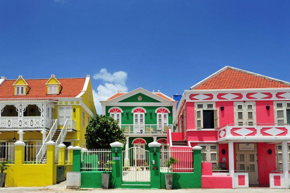 Colores brillantes en construcciones coloniales
