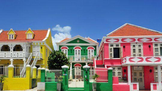 Colores brillantes en construcciones coloniales, una postal típica del casco histórico de Curazao.