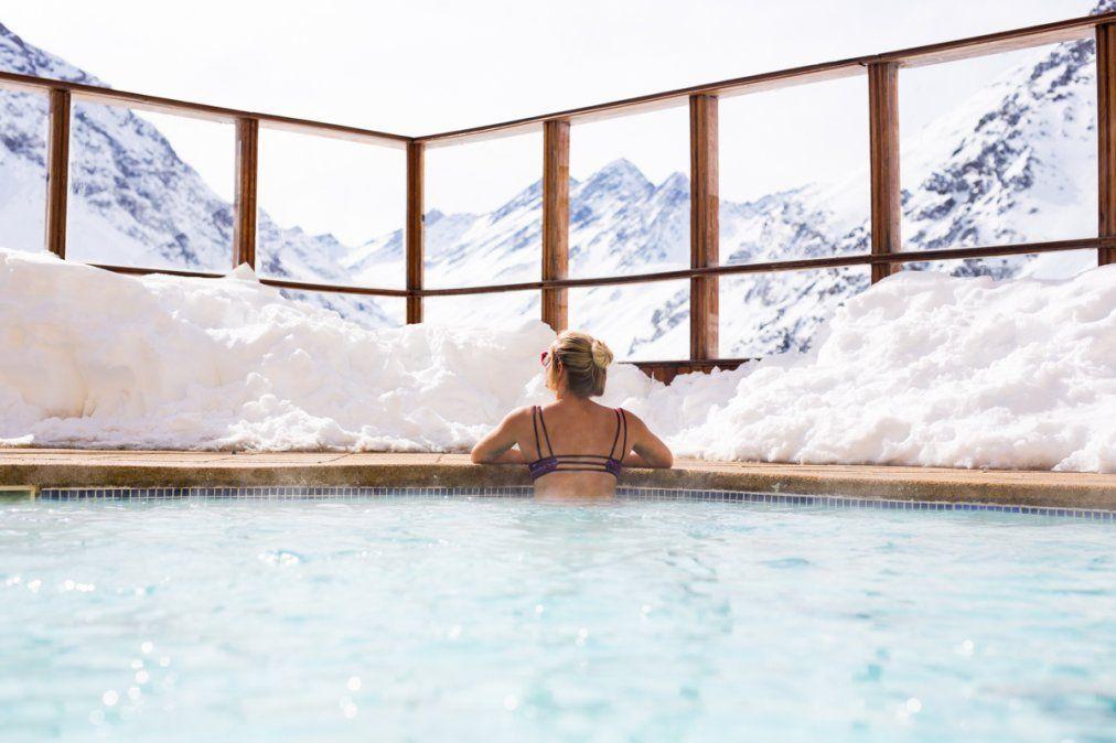 El relax tan ansiado en una piscina climatizada frente a la nieve.