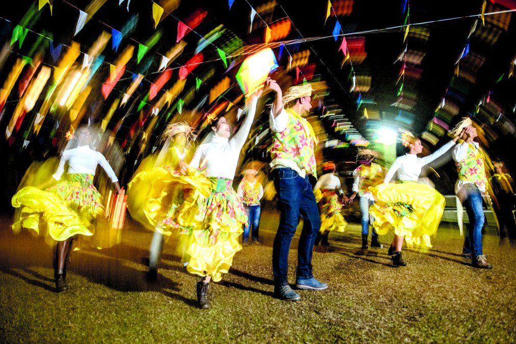 Las parejas bailan quadrilha durante las Fiestas Juninas.