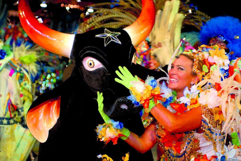 En el Festival Folclórico de Parintins los seguidores de los bueyes Garantido y Caprichoso se enfrentan en una colorida fiesta.
