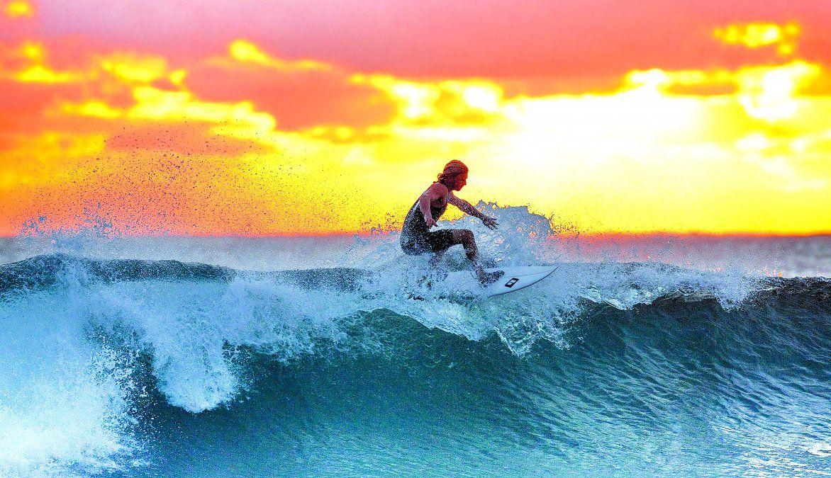 El surf es muy usual en las playas cercanas a Lima.