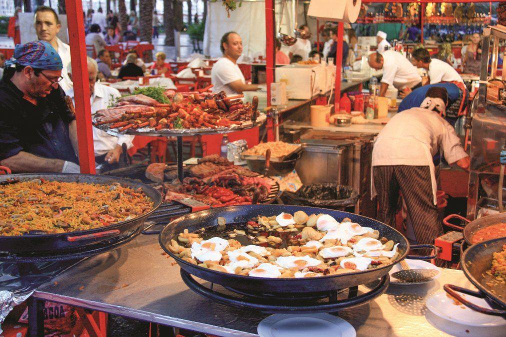 Los mercados siempre son un buen lugar para degustar productos locales.