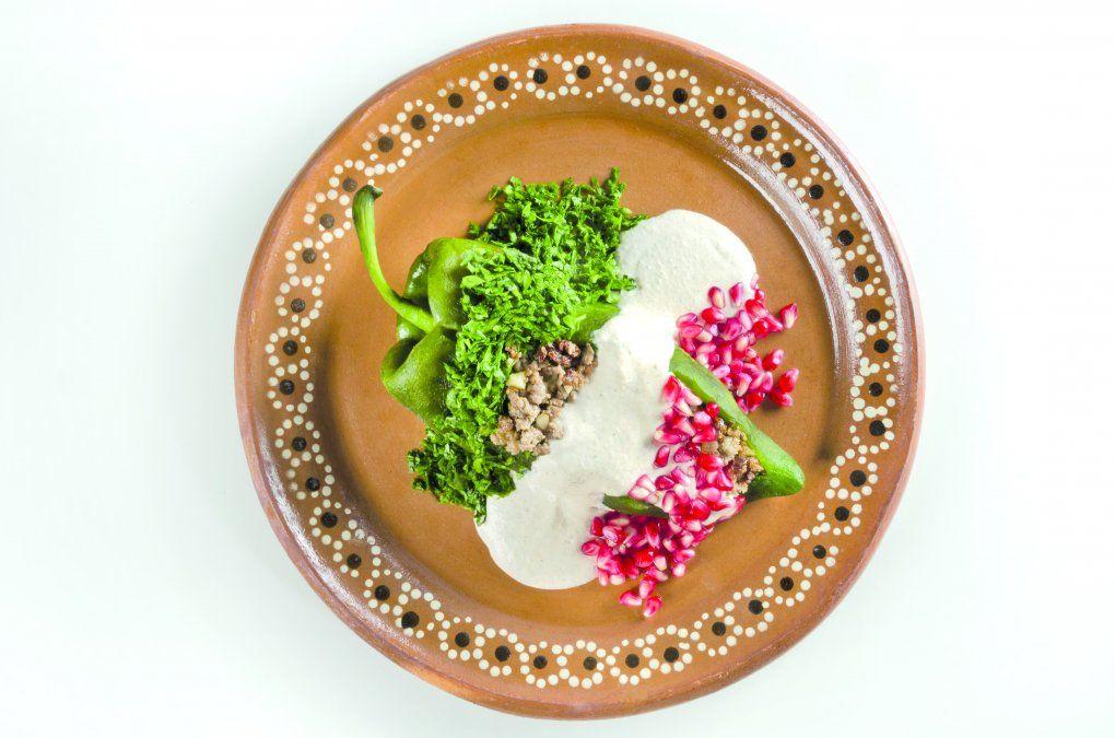 Platos clásicos como los chiles en nogada figuran en la carta de restaurantes de gran tradición