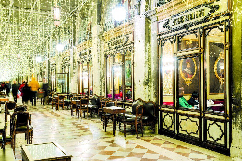 Magníficas vidrieras del Café Florián.