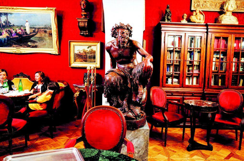 El arte desborda el interior del Café Greco.