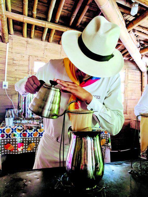 Un barista prepara una taza de café en Quindío.