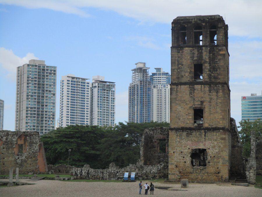 La torre de la Catedral de Panamá La Vieja contrasta con los modernos rascacielos de la actual capital.