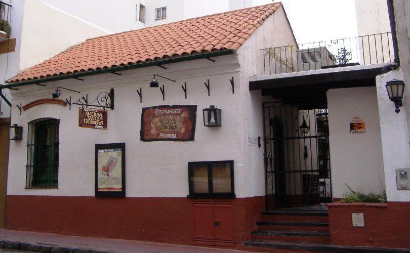 La Antígua Tasca de Cuchilleros es una parrilla instalada en la casa más antigua de la ciudad.