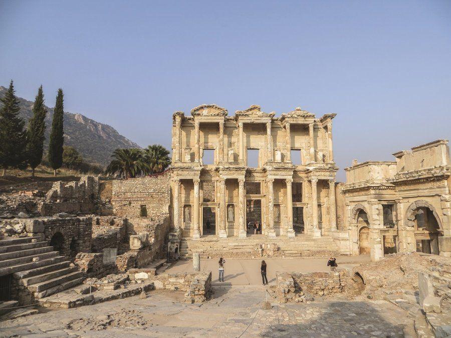 La magnífica fachada de la Biblioteca de Celso de Éfeso permanece en pie.