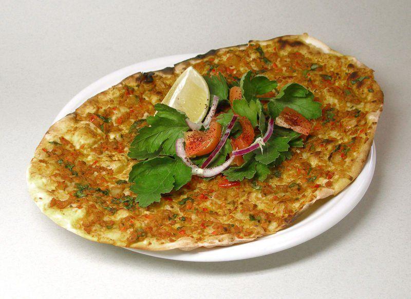 El Lahmacunsirve como entrada en los restaurantes y también como comida al paso.