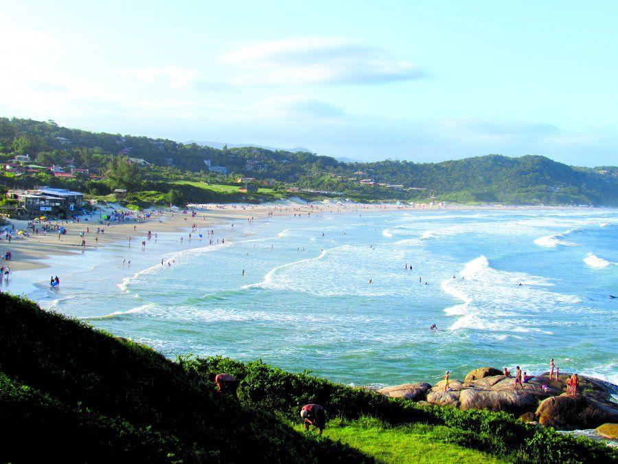 Praia do Rosa es conocida tanto por su belleza natural como por su ambiente joven.