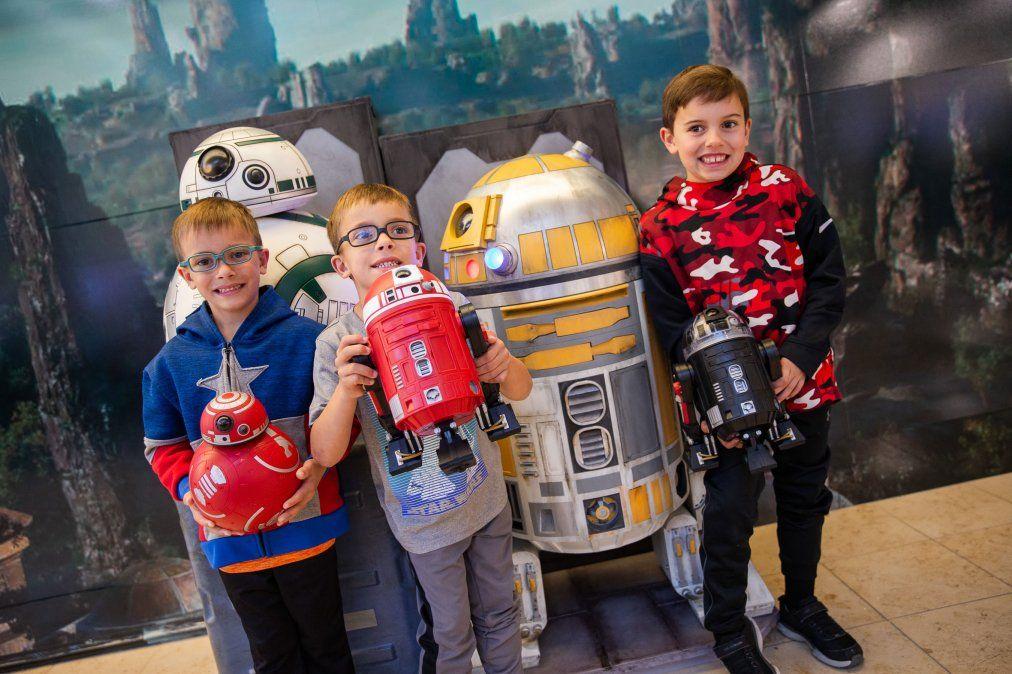 Los niños junto a R2-D2 y BB8.