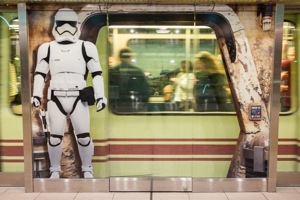 Los Stormtroopers custodian el tren del aeropuerto.