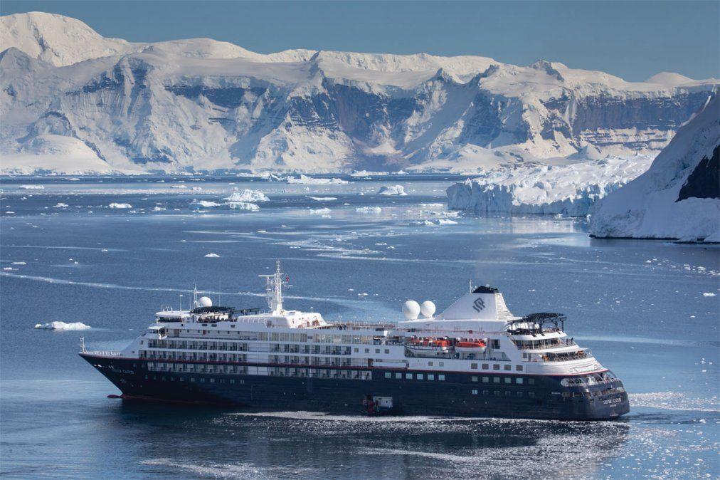 El Silver Cloud navega entre los glaciares.