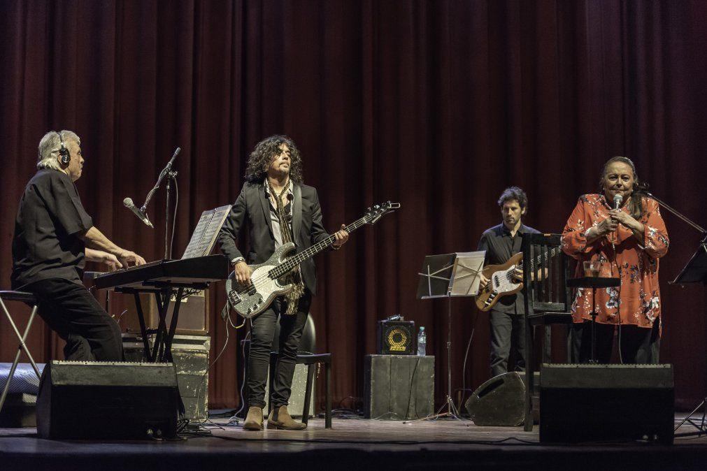 Junto a su banda e invitados especiales en un show de Buenos Aires