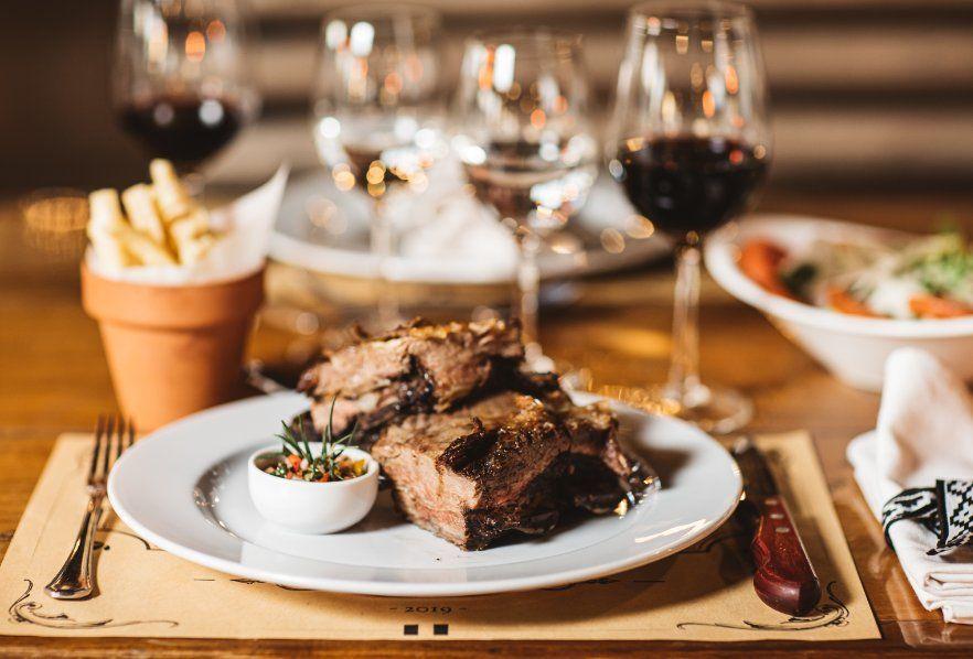 El menú criollo consiste en variedad de cortes de carne y vinos