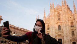 Una turista se saca una selfie en Milán la semana pasada.
