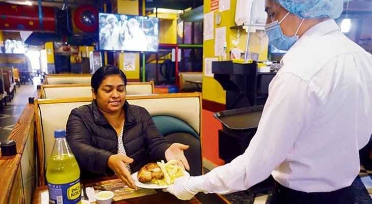Los restaurantes abrieron tras cuatro meses.