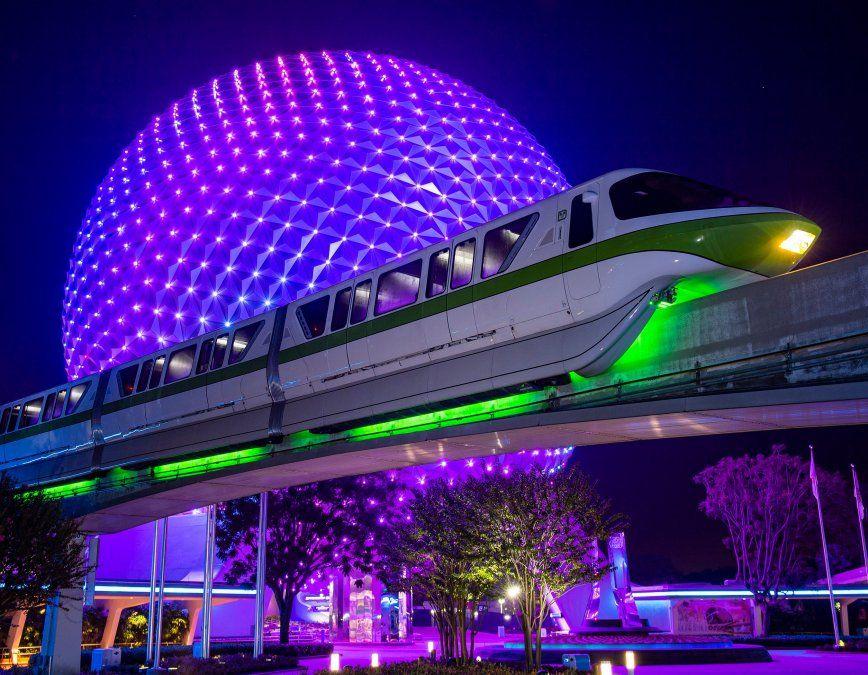 El Disney Monorail, frente a la esfera de Epcot, luce su nueva iluminación.