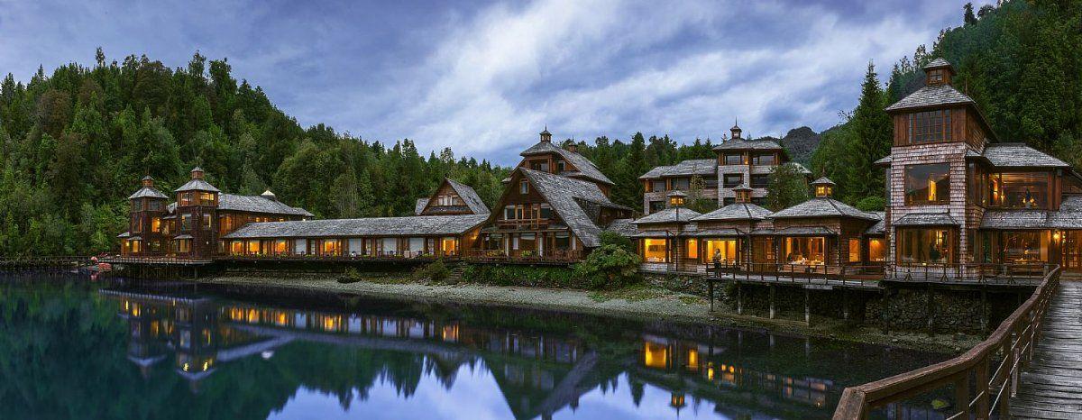 El Puyuhuapi Lodge & Spa está ubicado en un entorno inigualable, en la Bahía Dorita, Región de Aysén.