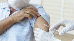 Las aerolíneas se debaten sobre si imponer la vacunación obligatoria de su personal o no.