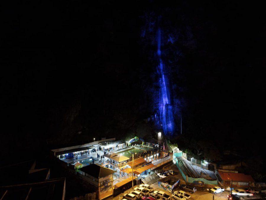 Cascadas como el Manto de la Novia son uno de los puntos con iluminación nocturna en Baños.
