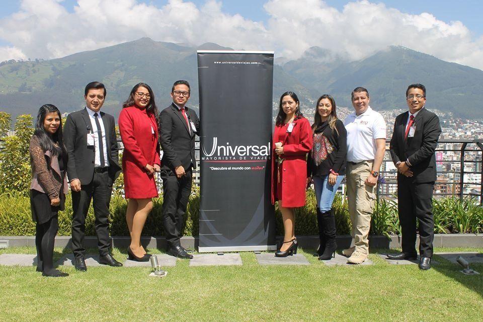 Cecilia Paredes junto al equipo de Universal de Viajes y Enrique Mejía.