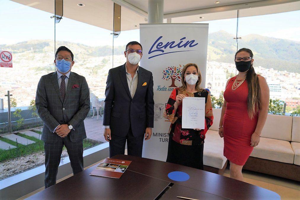 Firma del contrato de inversión para construir un nuevo hotel en Manabí