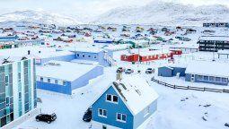 Groenlandia se encuentra en Norteamérica, entre los océanos Atlántico y Glacial Ártico.