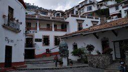A casi tres horas de Ciudad de México, Taxco ostenta una arquitectura colonial y techos de teja, pero tiene a la platería como el sello de su identidad.