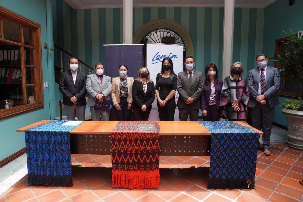 Representantes del Mintur y de la Compañía Itza Hotel Boutique Internacional durante la suscripción del contrato de inversión.