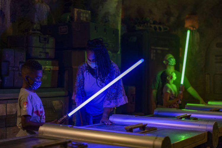 WALT DISNEY WORLD. Vuelve la emoción de los Lightsabers en Savis Workshop