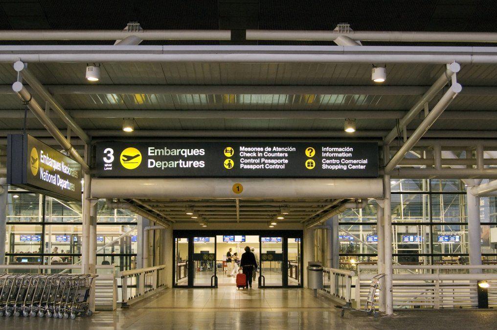 Chile extendió el cierre del Aeropuerto de Santiago a pasajeros internacionales.