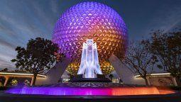 Una fuente renovada en la entrada principal de EPCOT brilla frente a Spaceship Earth en Walt Disney World. Resort en Lake Buena Vista, Florida, el 22 de diciembre de 2020.