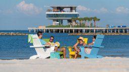 La playa y el muelle con múltiples actividades en St. Pete, Florida.