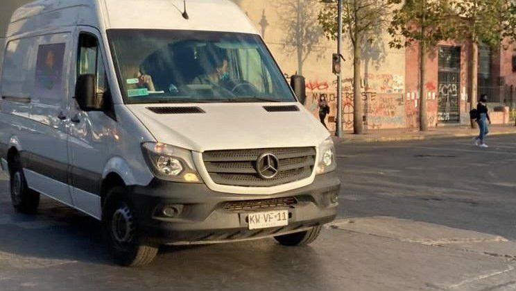 La furgoneta con logo de turismo ha sido vista en las manifestaciones de la Plaza Baquedano.