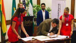 De Urioste firma la documentación bajo la atenta mirada de Mauricio Souza, CEO de Nella Airlines.