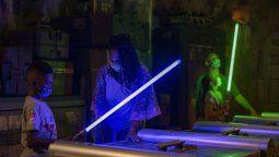 En Disney vuelve una de las principales atracciones para los fanáticos de Star Wars: crear el propio sable de luz.