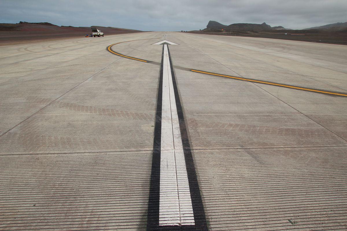 La solitaria pista del aeropuerto de St. Helena espera tiempos mejores.