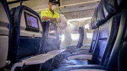 Las aeronaves se higienizan con rociadores electrostáticos de última generación.