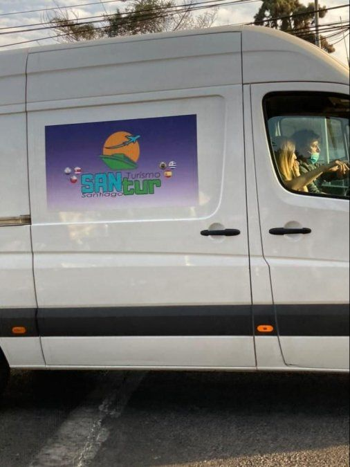 La supuesta empresa  de turismo sería Santur, pero el logo difiere del original.