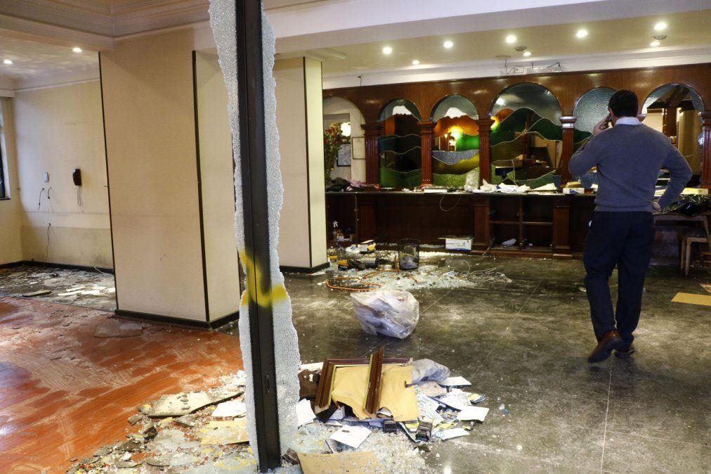 El hotel resultó con cuantiosos daños.
