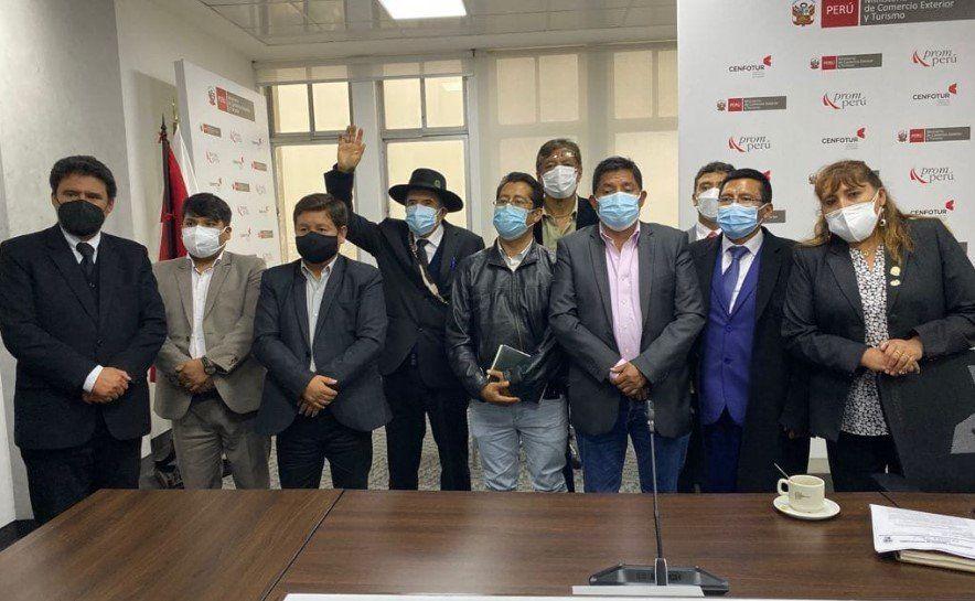 Alcaldes de Cusco tras la reunión en la que se confirmó el aumento de aforo de Machu Picchu.