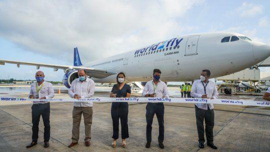 Autoridades durante el corte la recepción del vuelo de World2Flyen Cancún.