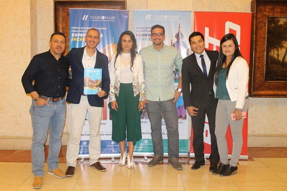 Equipo Viajes & Viajes junto a Alexander Bravo; y Ruby Martínez